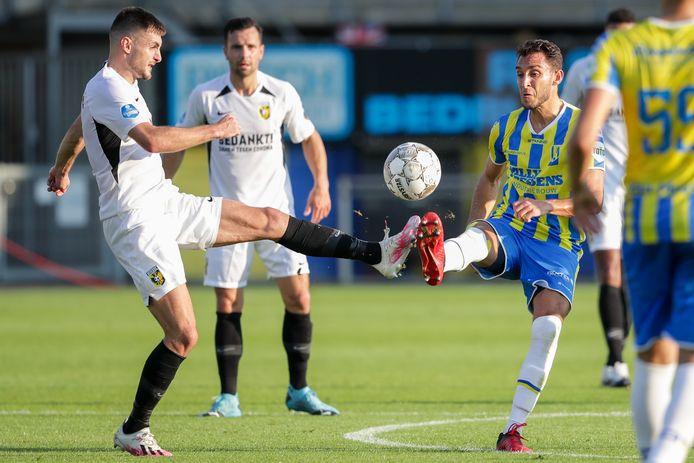 Nicolás Olsak (rechts) was tegen Vitesse nog invaller bij RKC. Zondag tegen Ajax ligt een basisplek in het verschiet voor de Argentijnse middenvelder.