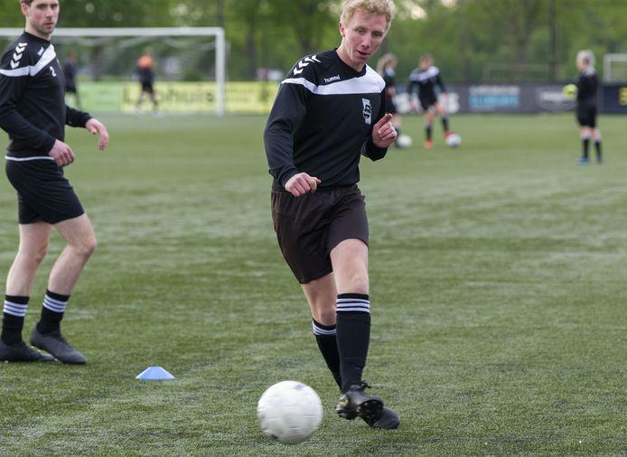 De selectie van De Tukkers werd tijdens de training van vrijdagavond onderverdeeld in drie groepen. De spelers deden, op gepaste afstand, verschillende oefeningen met de bal.