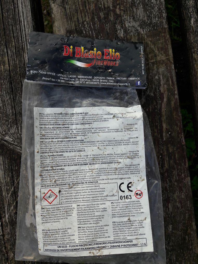 Onze krant vond in de sportzone een lege verpakking terug van bijzonder gevaarlijk vuurwerk van categorie F4.