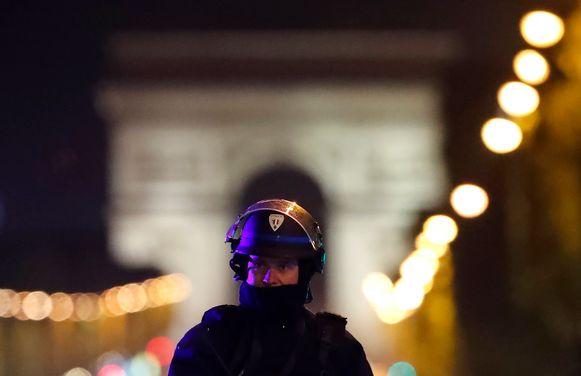 Een politieagent op de Champs-Elysées