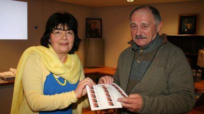 André Stockmans koopt als eerste nieuwe 'Palmzondagpostzegels'