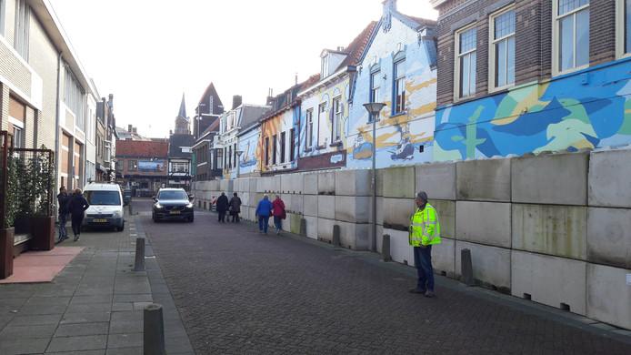 Nieuwstraat-Zuid, Terneuzen, met rechts de betonnen muur voor de te slopen voormalige horecapanden.