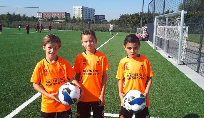 v.l.nr. Valentijn (8), Luca (9) en Aymn (9) zijn drie van de spelers die nu officieel in een PSV team spelen bij OJC.
