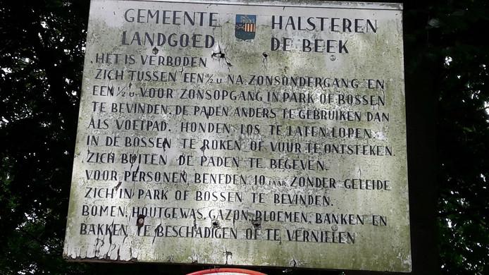 Oud toegangsbord De Beek dat er nog altijd staat.
