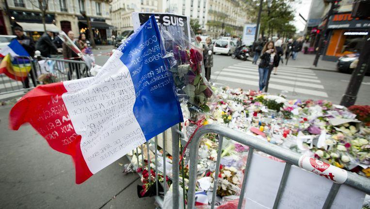 Een Franse vlag een dag na de aanslagen. Beeld anp