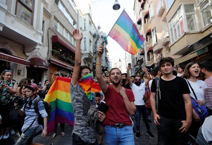 Deelnemers aan de Gay Pride in het centrum van Istanboel.