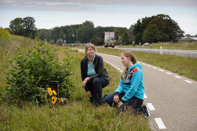 Marita Boutens en haar dochter Emily bij het nieuwe bermmonument op plek waar Wouter twee jaar geleden is verongelukt.