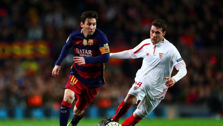 Lionel Messi van FC Barcelona (links) rent met de bal. Beeld getty