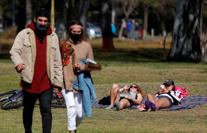 Mensen met mondkapjes in een park in Buenos Aires.