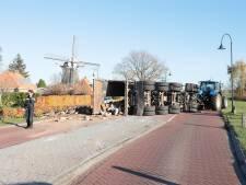 Gekantelde aanhanger met puin verspert Coevorderweg in Ommen