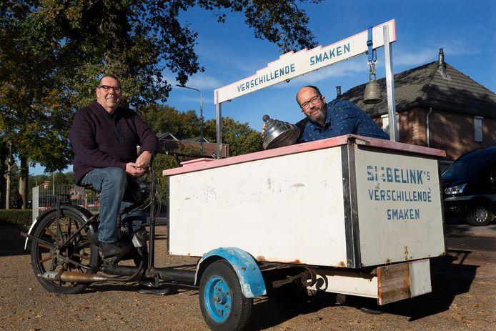 Freddy Berendsen (links) en Arjan Berendsen bij de authentieke ijscokar van Siebelink.