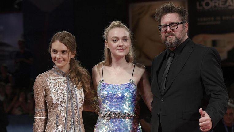 Emilia Jones, Dakota Fanning en Martin Koolhoven op het Filmfestival in Venetië. Beeld ANP