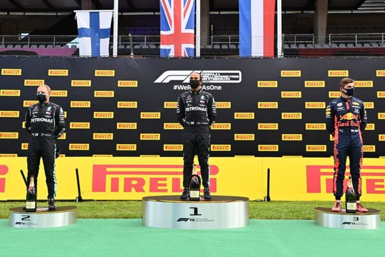 Max Verstappen op het podium naast winnaar Lewis Hamilton en nummer twee Valtteri Bottas. Beeld AFP