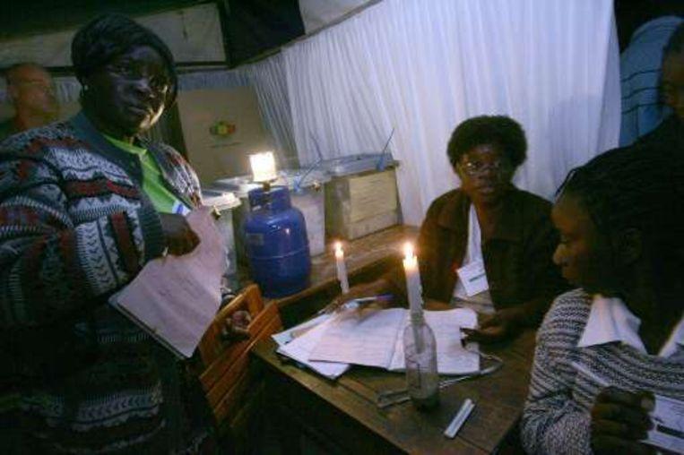Kiezen bij kaarslicht in Zimbabwe.