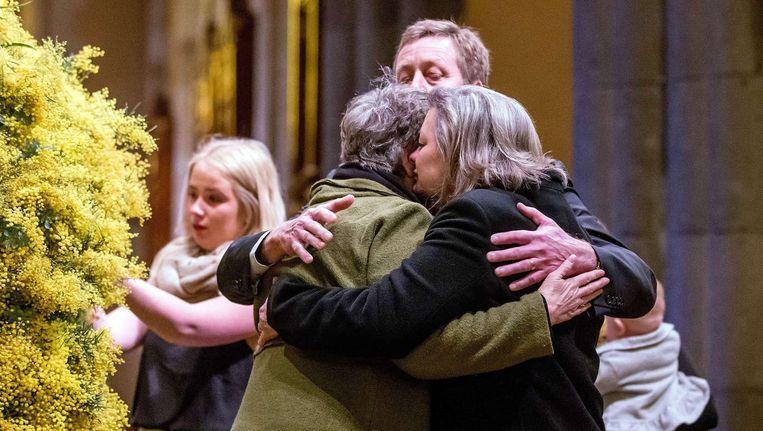 Nabestaanden zoeken troost bij elkaar aan het begin van een herdenkingsdienst tijdens de dag van nationale rouw in Australië op 7 augustus. Beeld anp