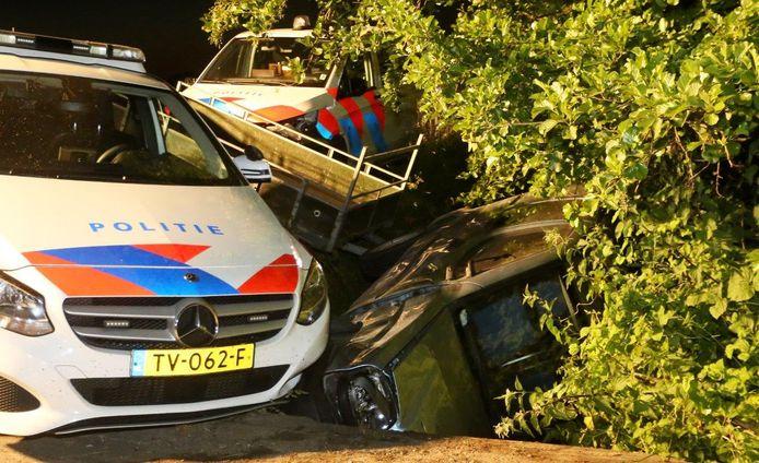 De vluchtauto in de sloot langs de N831 tussen Alem en Velddriel.