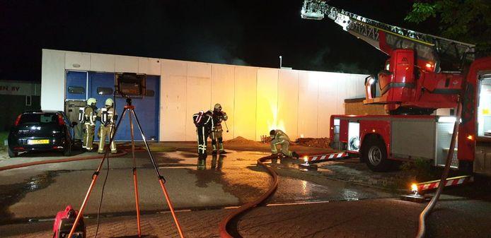 Bij een bedrijf aan de Beitelstraat in Hengelo woedde in de nacht van woensdag op donderdag een flinke brand.