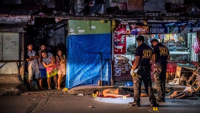 Het lichaam van Michael Araja (29), volgens de buren vermoord door twee mannen op een motor. Beeld null
