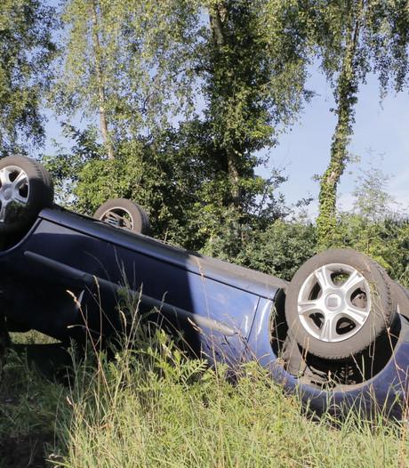 Auto op de kop na ongeluk bij Goor