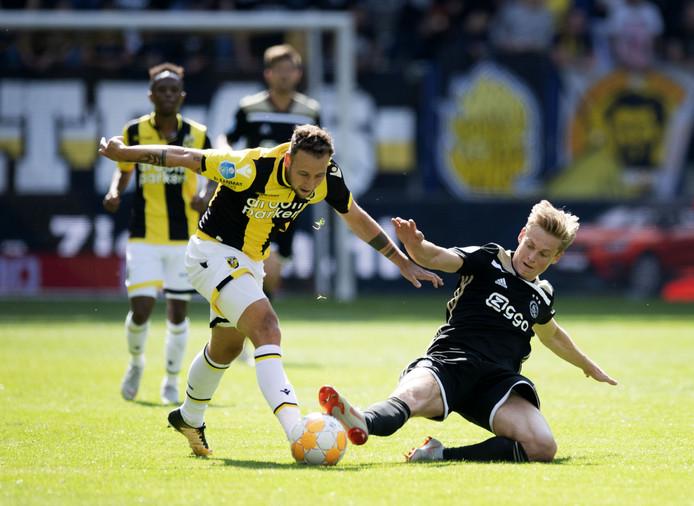 Roy Beerens voor Vitesse in duel met Frenkie de Jong van Ajax. De  Brabander kijkt uit naar een andere club.