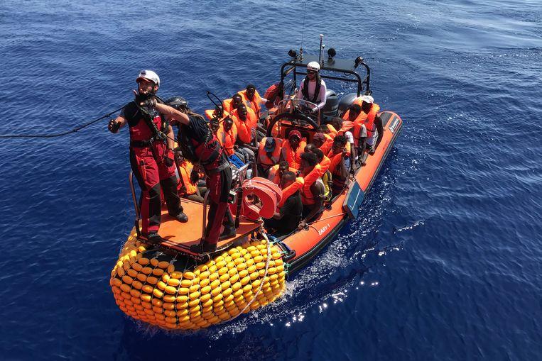 Een opblaasbare boot die bij de Ocean Viking hoort.  Beeld AFP