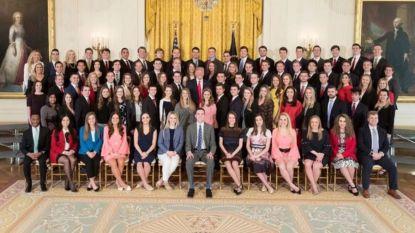 Witte Huis neemt groepsfoto van stagiairs, en daarbij valt pijnlijk detail nogal op