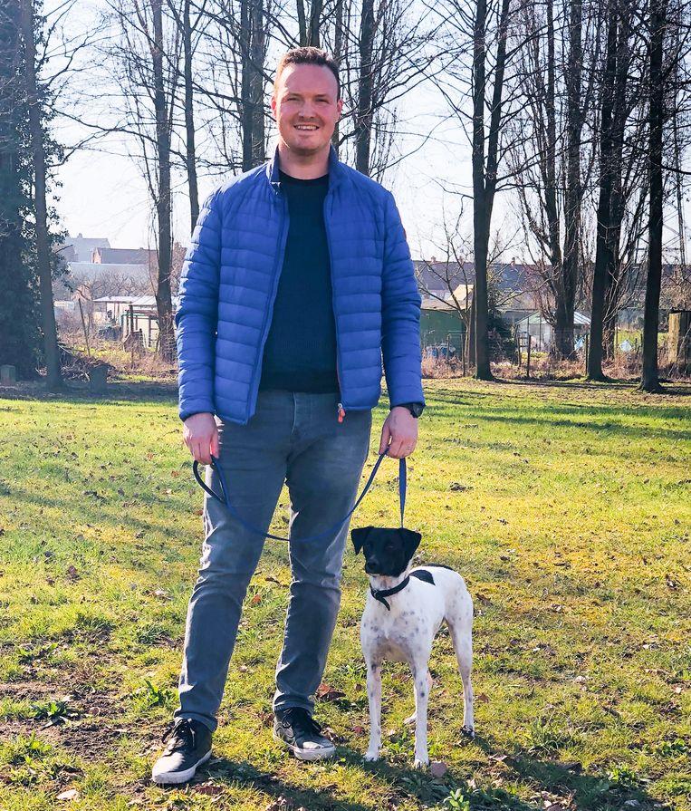 """Bart Van Geyt aan het grasplein aan de Pieter Dierickxlaan: """"Dit kan een mogelijke locatie zijn voor een omheinde hondenlosloopzone."""""""