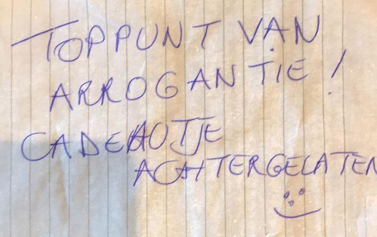 Dit briefje werd onder de ruitenwisser gestoken.