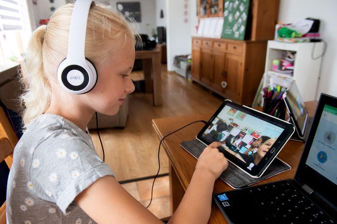 Hank - Pix4Profs/René Schotanus.  Emma volgt thuis de lessen via een robot in de klas. Deze kan ze zelf besturen via de tablet.