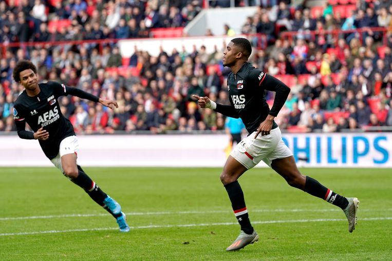 Calvin Steng en Myron Boadu van AZ juichen nadat Boadu de 0-1 maakt tegen PSV. Beeld null