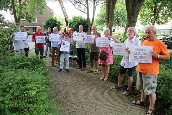 Buurtgroep Drabstraat met Walter Heiler (beige broek, lichtblauw hemd) kwam dinsdagavond verhaal halen op de gemeenteraad.