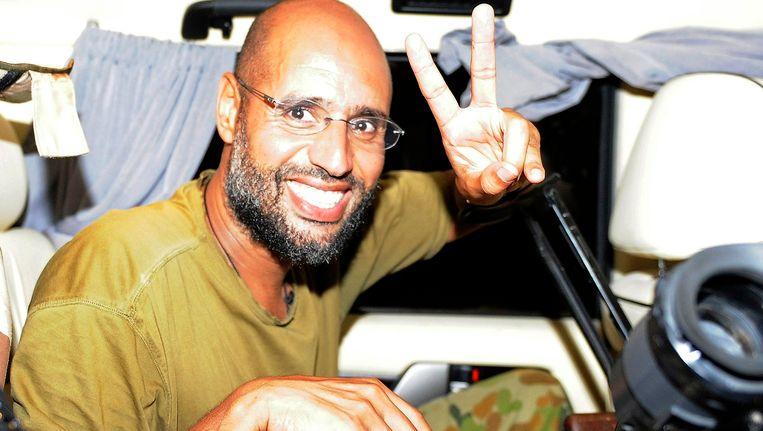 Saif Al-Islam maakt een vredesgebaar naar journalisten in austus 2011 Beeld Reuters