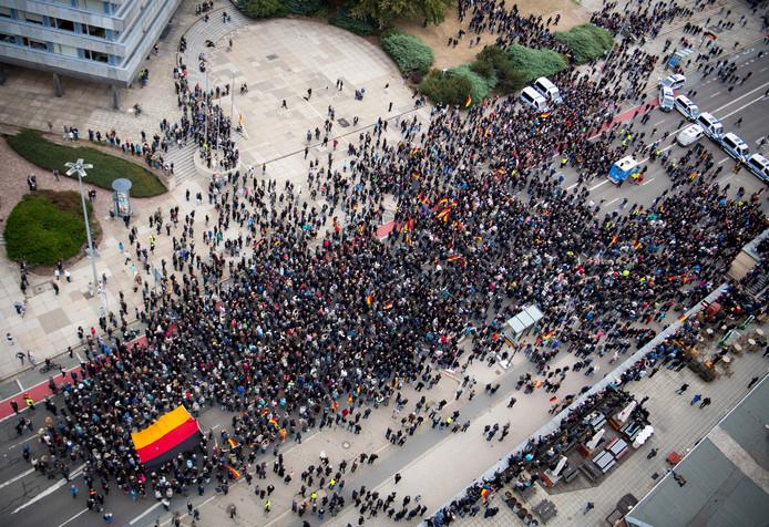 De politie scheidt demonstranten in de straten van Chemnitz