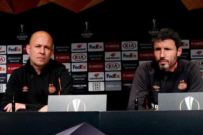 Woordvoerder Thijs Slegers van PSV en trainer Mark van Bommel.