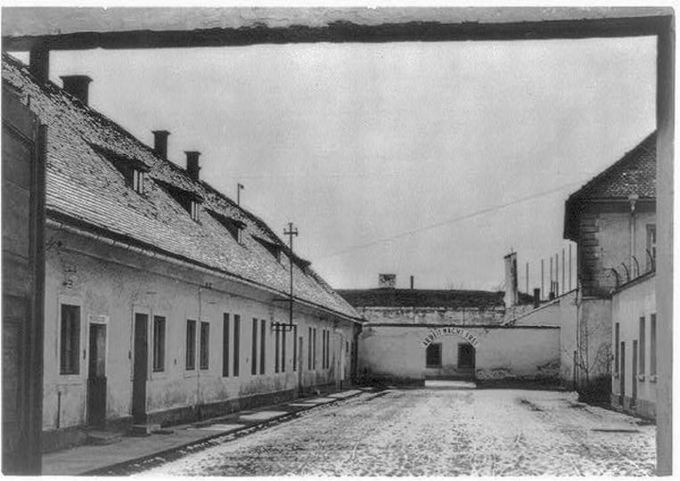 De ingang van het concentratiekamp Theresienstadt.