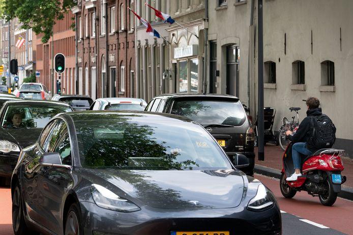 De Kanaalboulevard langs de Zuid-Willemsvaart is volgens de Fietsersbond druk en gevaarlijk.