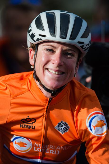Wereldkampioen wielrennen Annemiek van Vleuten gaat koeien wassen en rijdt Nacht van Woerden