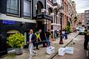 Opruimwerkzaamheden in de Korte van Eeghenstraat. De explosie veroorzaakte schade aan meerdere panden en voertuigen