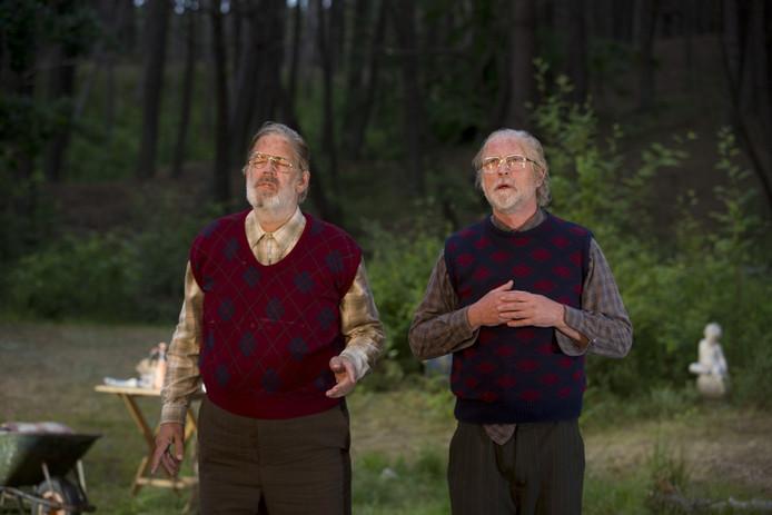 Jack Wouterse (links) en Arjan Ederveen weten van een tragisch verhaal een lichtvoetige voorstelling te maken.