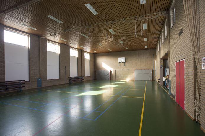De versleten vloer van het gymlokaal aan de Wierdense Wilhelminastraat wordt toch nog vervangen.