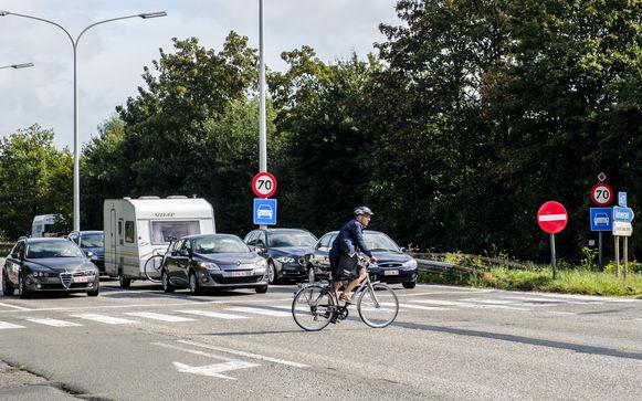 Een fietser aan het Kruispunt Drabstraat en de expressweg in Kontich.