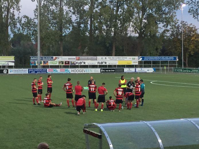 Voetballers van Olympia blijven tijdens een oefenduel met CVC Reeuwijk op het veld