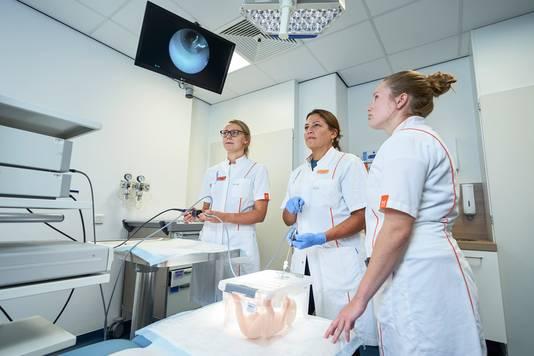 Leden van het operatieteam van Frank Vandenbussche oefenen een kijkoperatie waarbij ze een ballonnetje in de luchtpijp van een 'ongeboren baby' plaatsen.