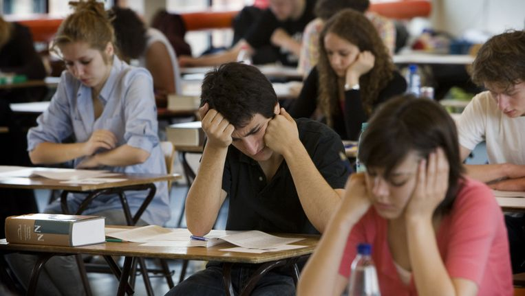 Leerlingen van het Barlaeus gymnasium in Amsterdam buigen zich over hun eindexamen Nederlands. Archieffoto. Beeld ANP
