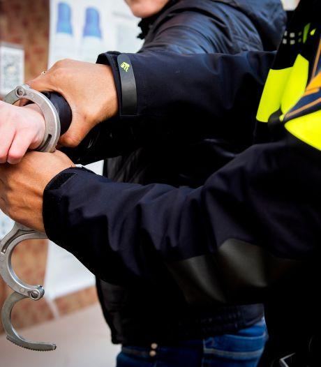 Man beweert besmet te zijn met corona en bedreigt, beledigt én bespuugt agenten in Nijkerk
