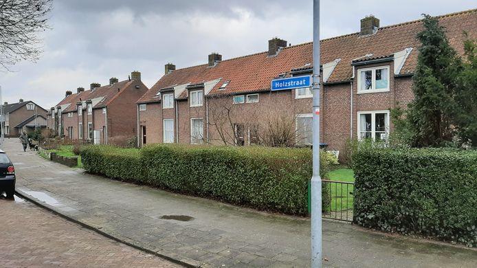 Deze twee blokjes met in totaal acht woningen aan de Holzstraat worden volgend jaar gesloopt om plaats te maken voor 22 appartementen.