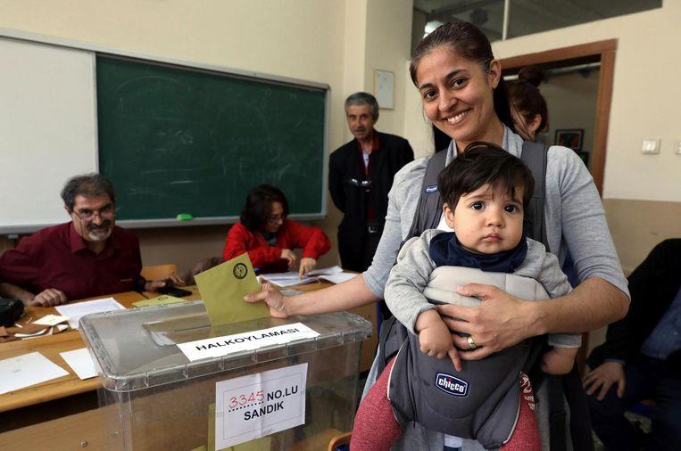 Een vrouw brengt haar stem uit bij een bureau in Ankara, 16 april. Beeld ap