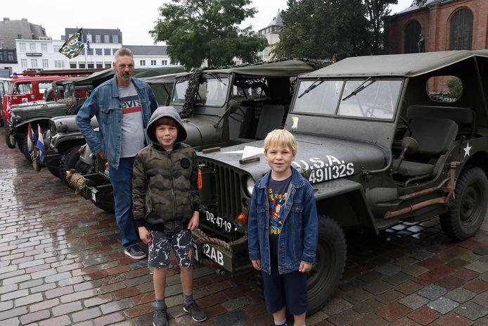 Papa Luc Der Kinderen met zijn zonen Jelle en Jörn bij enkele militaire voertuigen.