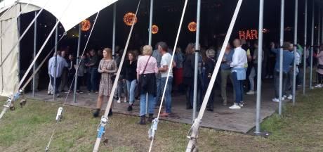 Natte aftrap van meteen al drukke Tributeparty in Groesbeek