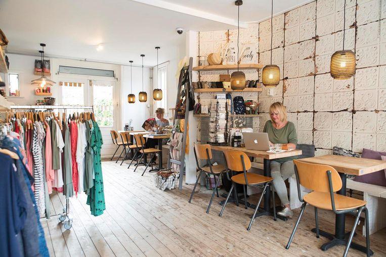 Bij Fashion and Tea in Noord kun je tijdens het smelten van de kazen een nieuw shirtje passen. Beeld Charlotte Odijk